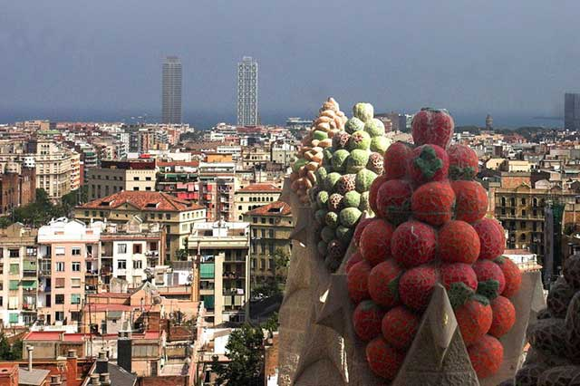 Pinaculos del lado sur de la nave central decorados con frutas