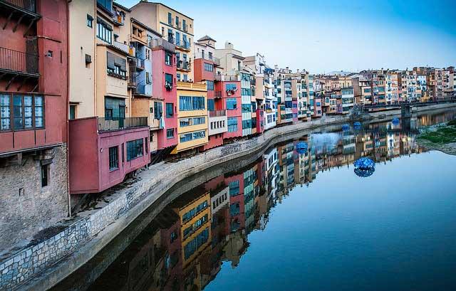 Las casas sobre el río Onyar durante Temps de Flors (Girona), en el mes de mayo / keith ellwood