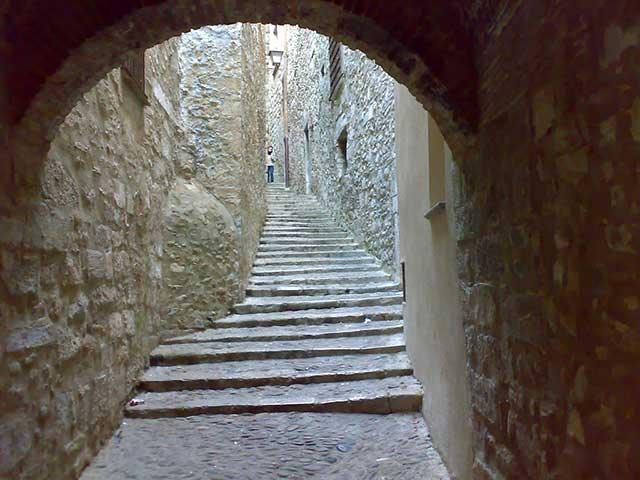 Escaleras de la Calle de San Lorenzo en el Call, el barrio judío de Girona / Jose María Miñarro Vivancos