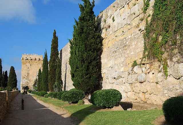 La Muralla de Tarragona con la Torre del Arzobispo al fondo / Tomàs Badia Navarro