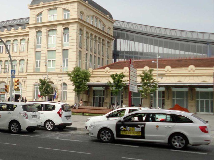Parada de taxis en la estación de tren Lleida Pirineus