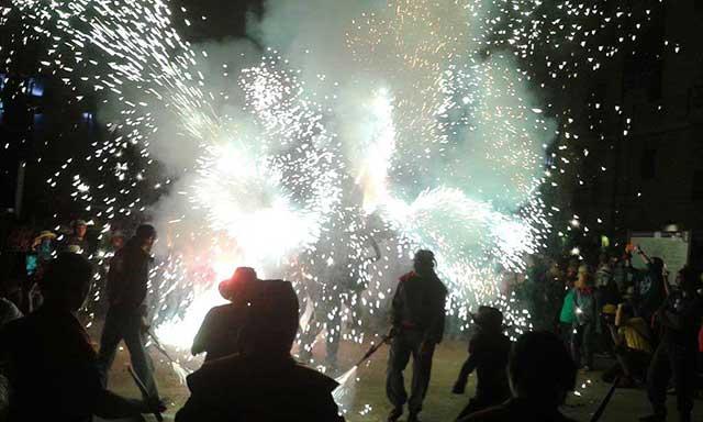 Imagen de uno de los correfuegos de las fiestas de Santa Tecla / Simon Burchell